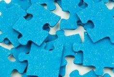 Blaue Puzzlespiel-Stücke Stockfotos