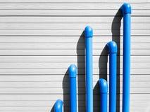 Blaue PVC-Rohre auf dem grauen Hintergrund Stockfotografie