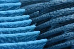Blaue Rattangeflochtene stühle stapelten Nahaufnahme Stockfotos
