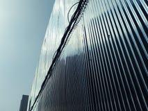 Blaue Reflexion vom Himmel zu einer galvanisierten Eisenwand Lizenzfreies Stockfoto