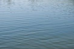 Blaue Reflexionen im Wasser Stockbilder