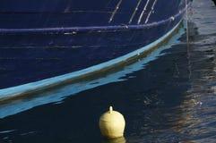 Blaue Reflexionen umgeben eine gelbe Ausnahme Lizenzfreies Stockfoto