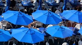 Blaue Regenschirme im Sommercafé Lizenzfreies Stockfoto