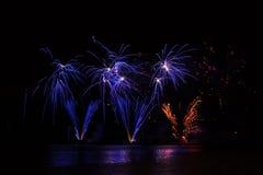 Blaue reiche Feuerwerke über Brnos Verdammung mit Seereflexion lizenzfreies stockfoto