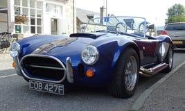 Blaue Replik Wechselstroms Shelby Cobra durch AK Sportscars Großbritannien Stockfotografie