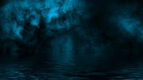 Blaue rollende Wogen von Rauchnebelwolken vom Trockeneis ?ber dem unteren Licht mit Reflexion im Wasser Designbeschaffenheit lizenzfreie stockbilder