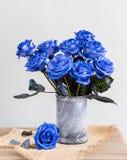 Blaue Rosen in einem Vase auf dem Tisch lizenzfreies stockbild