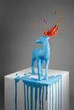 Blaue Rotwildskulptur mit magischen Hörnern Stockbilder