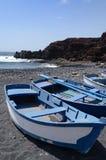 Blaue Rowboats auf Lanzarote lizenzfreie stockfotografie