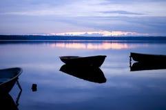 Blaue Ruhe. Boot mit Reflexion. Stockfotografie