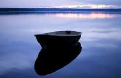 Blaue Ruhe. Boot mit Reflexion. Lizenzfreie Stockfotos