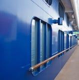 Blaue Rumpf-und Holz-Schiene Stockbilder