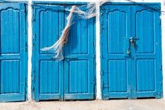 Blaue rustikale alte Tür in den Fischenspeichern in Essauoira, das PO fischt Stockfotografie