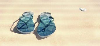 Blaue Sandalen auf dem sparkly Strandsand Lizenzfreie Stockfotos