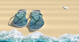 Blaue Sandalen auf dem sparkly Strandsand Stockfotografie