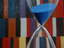 Blaue Sanduhr in der laufenden Zählung Lizenzfreie Stockfotografie