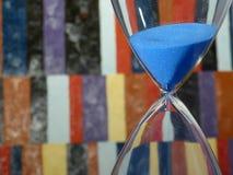 Blaue Sanduhr in der laufenden Zählung Stockbild