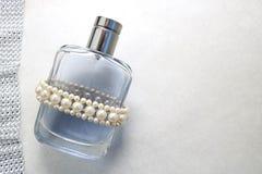Blaue schöne transparente moderne bezaubernde Glasflasche von Cologne, von Parfüm mit weißen Edelsteinen und von Platz für einen  Stockfotos