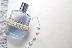 Blaue schöne transparente moderne bezaubernde Glasflasche von Cologne, von Parfüm mit weißen Edelsteinen und von Platz für einen  Lizenzfreie Stockfotos