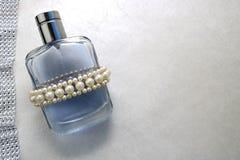 Blaue schöne transparente moderne bezaubernde Glasflasche von Cologne, von Parfüm mit weißen Edelsteinen und von Platz für einen  Stockfoto