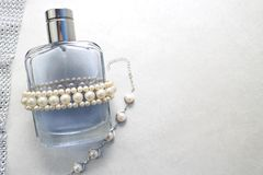 Blaue schöne transparente moderne bezaubernde Glasflasche von Cologne, von Parfüm mit weißen Edelsteinen und von Platz für einen  Lizenzfreie Stockbilder