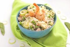 Blaue Schüssel Reis und Garnelen und Gemüse lizenzfreie stockfotos