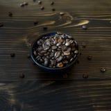 Blaue Schüssel voll der Kaffeebohne Lizenzfreie Stockbilder