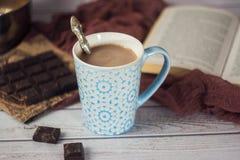 Blaue Schale heißer Kakao mit Stücken Schokolade Stockbilder
