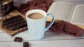 Blaue Schale heißer Kakao mit Stücken Schokolade Stockbild