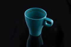 Blaue Schale nach dem Tasse Kaffee getrunken Stockfotos