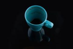 Blaue Schale nach dem Tasse Kaffee getrunken Stockbild
