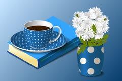 Blaue Schale, Vase und Buch Stockfotos