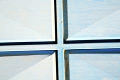 blaue Scharniere in Afrika das alte und sichere Vorhängeschloß Lizenzfreie Stockbilder