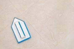 Blaue Scheuerbürste auf dem Badezimmerboden Stockbild