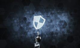 Blaue Schildikone als Symbol des Zugriffsschutzes auf dunklem backgrou Lizenzfreies Stockbild