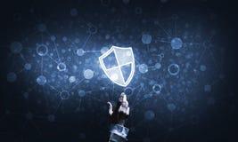Blaue Schildikone als Symbol des Zugriffsschutzes auf dunklem Hintergrund Stockfoto