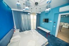 Blaue Schlafzimmerwohnung in einem Hotel mit fünf Sternen in Kranevo, Bulgarien Lizenzfreie Stockfotografie