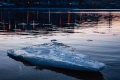 Blaue schmelzende Eisscholle, die in den Fluss schwimmt Stockfotos