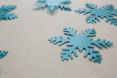Blaue Schneeflocken auf weißem Hintergrund Stockbild