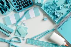 Blaue Schule und Büroartikel Stockfotos