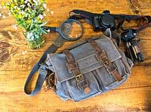 Blaue Schultasche mit Kamera und etwas Ausrüstung Stockfoto