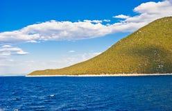 Blaue See- und Küstelandschaft lizenzfreies stockbild