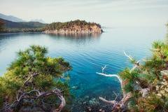 Blaue Seewelle von Mittelmeer auf türkischer Küste Stockbild
