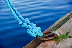 Blaue Seile rollten in der Ordnung an Bord Stockfotografie