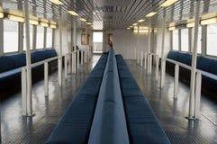 Blaue Sitzbank an Bord einer Fähre Lizenzfreie Stockbilder