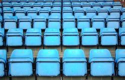 Blaue Sitze auf Stadion Stockfoto