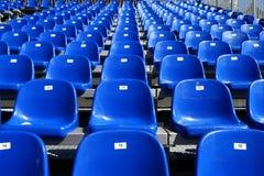 Blaue Sitze auf Stadion Stockfotos
