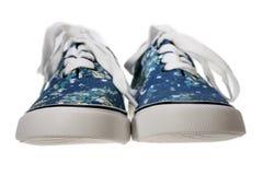 Blaue Slipperfreizeitschuhe auf Weiß Stockbilder
