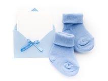 Blaue Socken des kleinen Jungen, leere Karte im evelop auf weißem Hintergrund Flache Lage Stockbilder