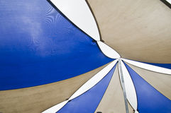 Blaue Sonnenschutzsegel Lizenzfreies Stockfoto